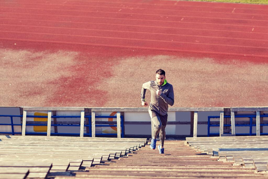 Tips και συμβουλές για γυμναστική και στο κρύο - man running upstairs on stadium P7KNGSA