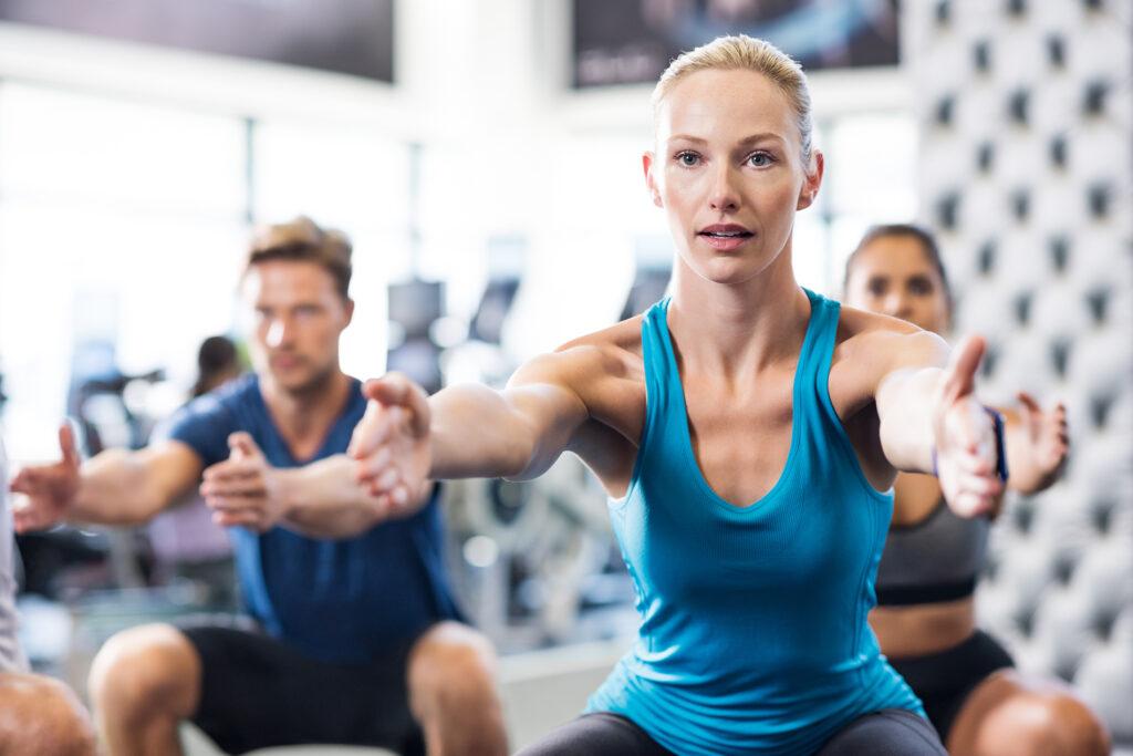 Γιατί τρέμω μετά έντονη γυμναστική; - woman exercising in gym P5K6H93